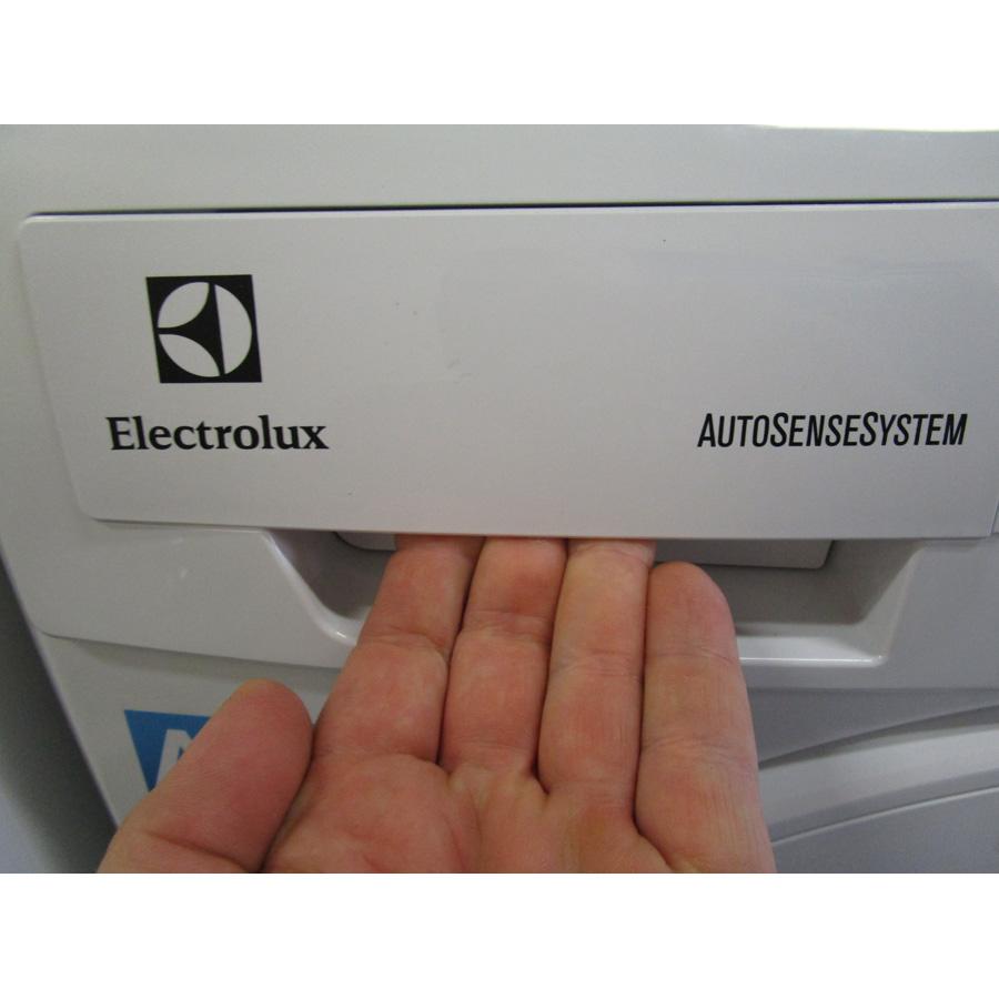 Electrolux EWF1483BB - Ouverture du tiroir à détergents