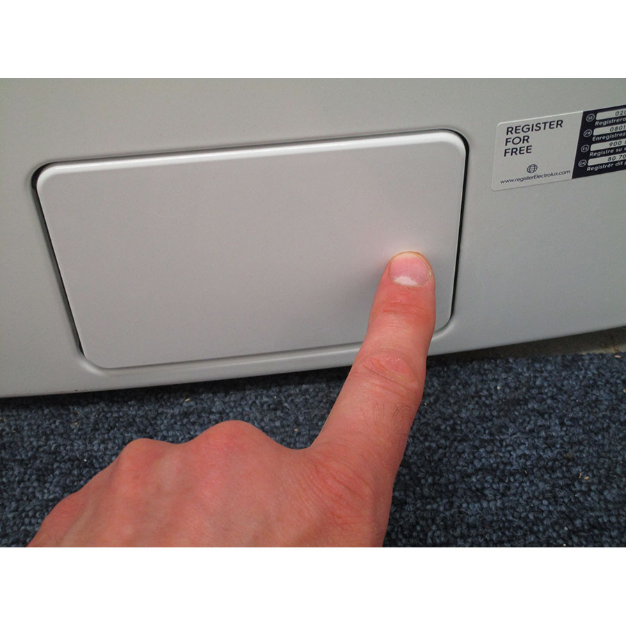 Electrolux EWF1484SSW - Ouverture de la trappe du filtre de vidange