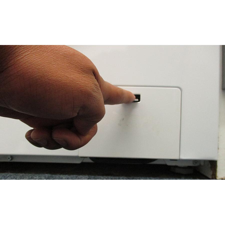 Hisense W712PVM - Ouverture de la trappe du filtre de vidange
