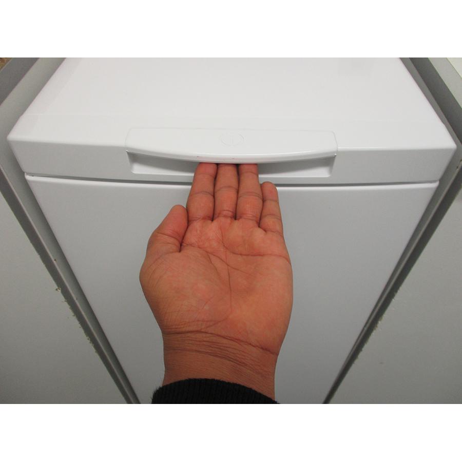 Indesit BTWS60300FR/N - Poignée d'ouverture de la porte