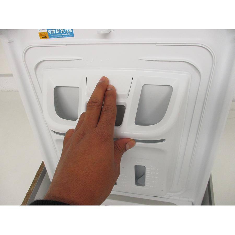 Indesit BTWS60300FR/N - Bouton de retrait du bac à produits