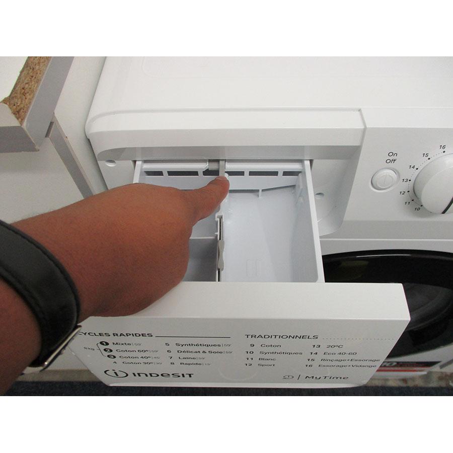 Indesit MTWE81683WKFR - Bouton de retrait du bac à produits