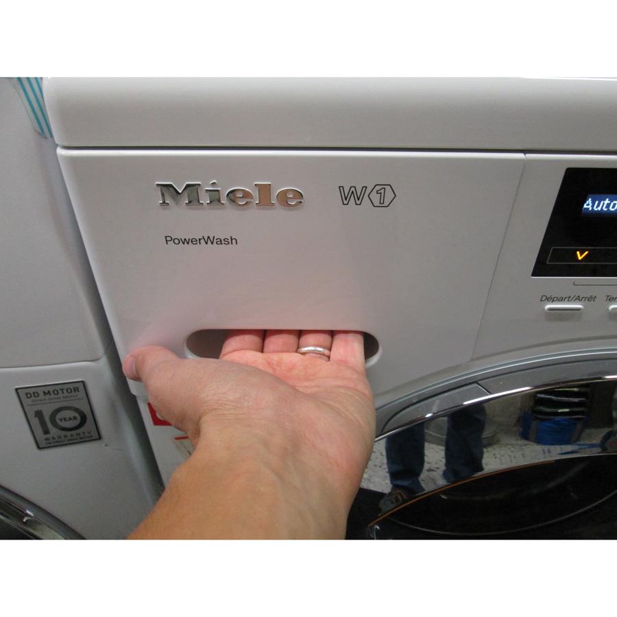 Miele WKF120 W1 ChromeEdition(*3*) - Ouverture du tiroir à détergents