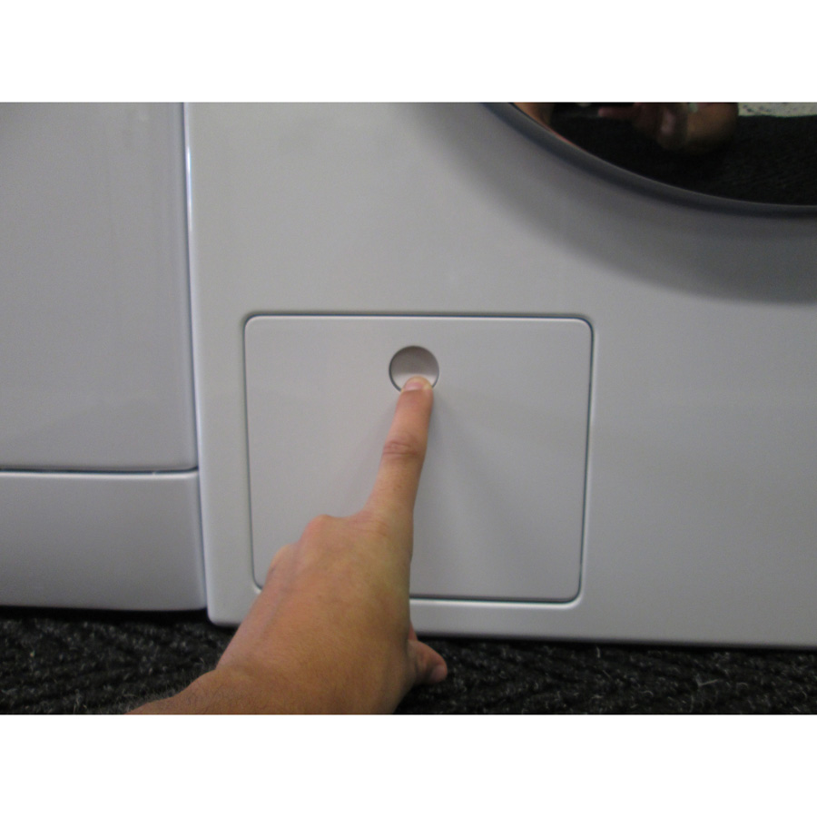 Miele WKF120 W1 ChromeEdition(*3*) - Ouverture de la trappe du filtre de vidange