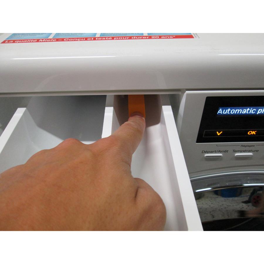 Miele WKF120 W1 ChromeEdition(*3*) - Bouton de retrait du bac à produits
