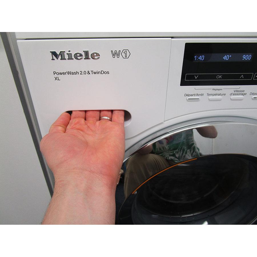 Miele WKH122WPS - Ouverture du tiroir à détergents