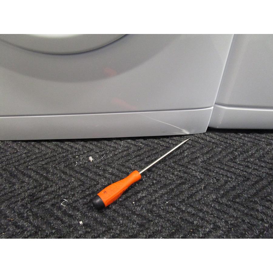 Saba (Conforama) LFS7124(*27*) - Outil nécessaire pour accéder au filtre de vidange