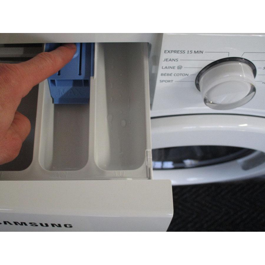 Samsung WW70J3283KW 1  - Bouton de retrait du bac à produits