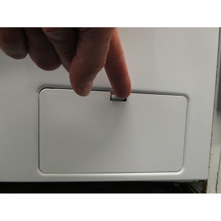 Thomson TW15100 - Ouverture de la trappe du filtre de vidange