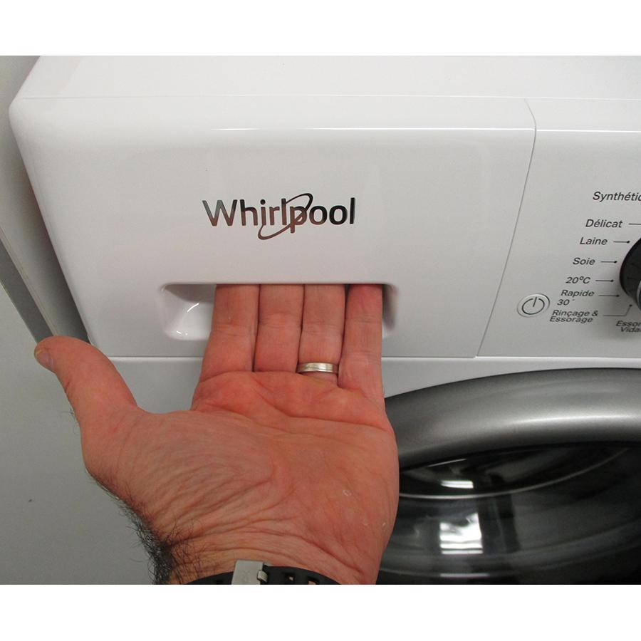 Whirlpool FFDD9458BSVFR - Ouverture du tiroir à détergents