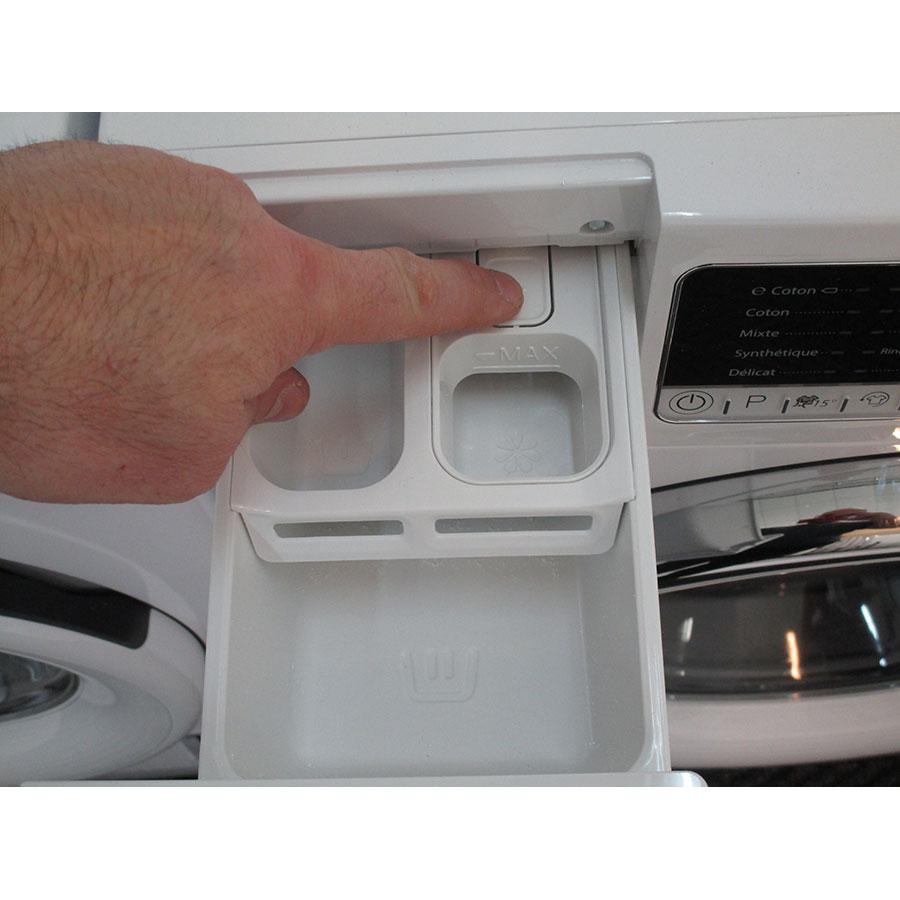 Whirlpool FSCR12420 - Bouton de retrait du bac à produits