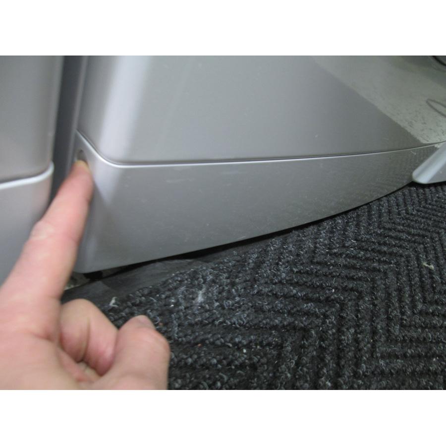 Whirlpool FSCR80413 - Ouverture de la plinthe masquant le filtre de vidange