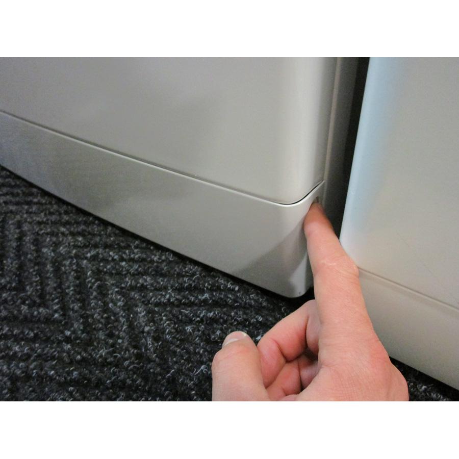 Whirlpool FSCR80421  - Ouverture de la plinthe masquant le filtre de vidange