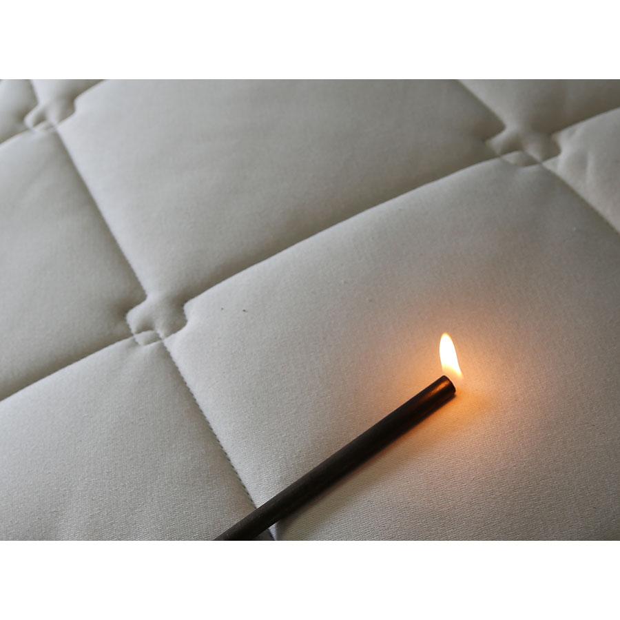 Cosme Matelas latex naturel - Test d'inflammabilité effectué avec une allumette