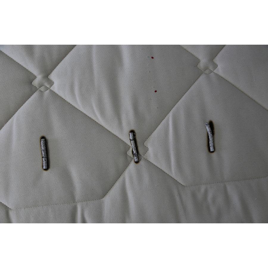 Cosme Matelas latex naturel - Test d'inflammabilité : trois cigarettes sont allumées et placées sur le matelas