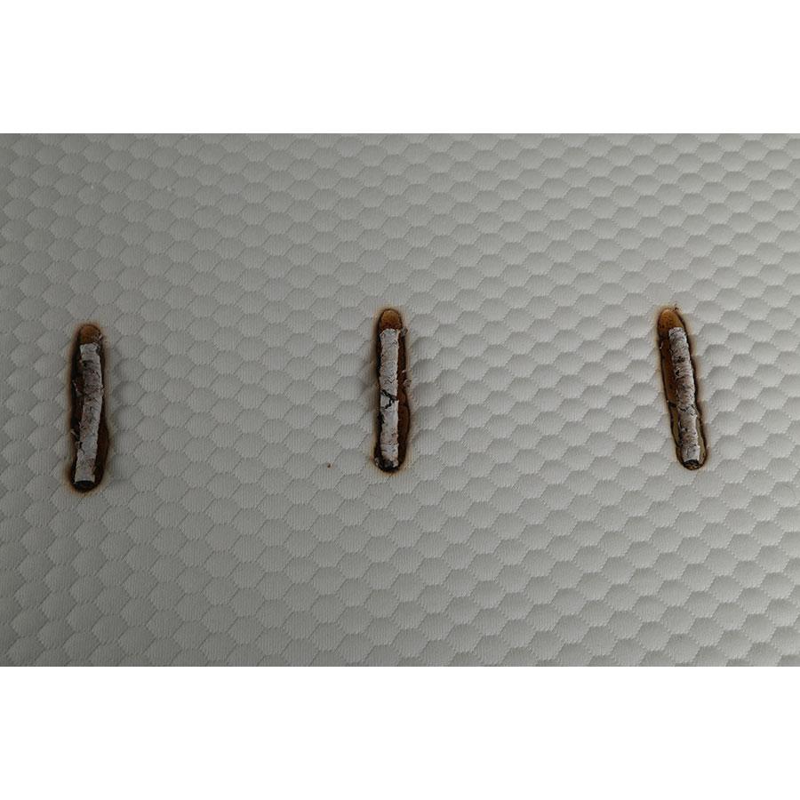 Eve Hybrid - Test d'inflammabilité : trois cigarettes sont allumées et placées sur le matelas
