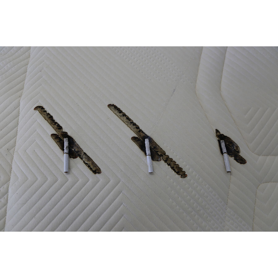Kipli Le matelas latex naturel - Test d'inflammabilité : trois cigarettes sont allumées et placées sur le matelas