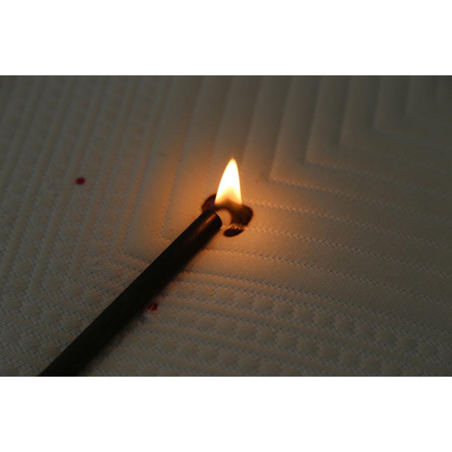 Kipli Le matelas latex naturel - Test d'inflammabilité effectué avec une allumette