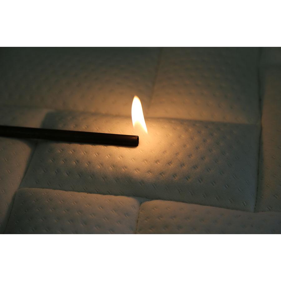 La Compagnie du lit Confort memory - Test d'inflammabilité effectué avec une allumette