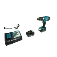 Makita DHP453RFX2 - Vue ave le chargeur