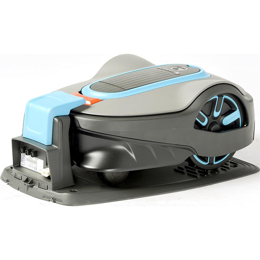 Gardena Smart Sileno Life 1000 - Tondeuse robot sur sa station de charge