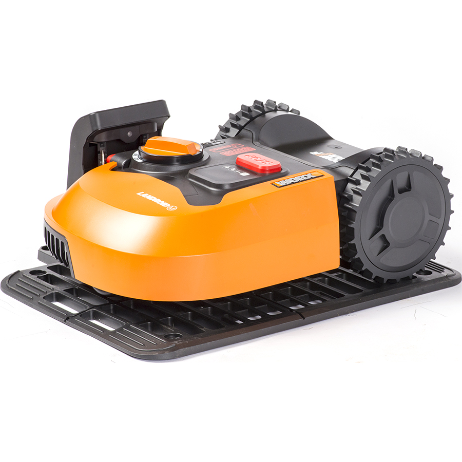 Worx Landroid M500 WR141E(*1*) - Tondeuse robot sur sa station de charge