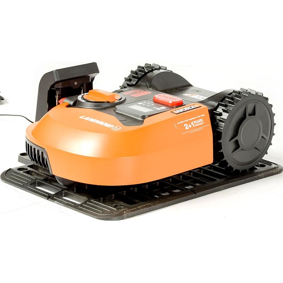 Worx Landroid M700 WR142E - Tondeuse robot sur sa station de charge