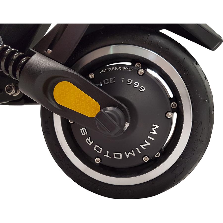 MiniMotors Dualtron Mini 52 V 13 Ah - La roue arrière (8,5 pouces) à pneu gonflable cache le moteur.