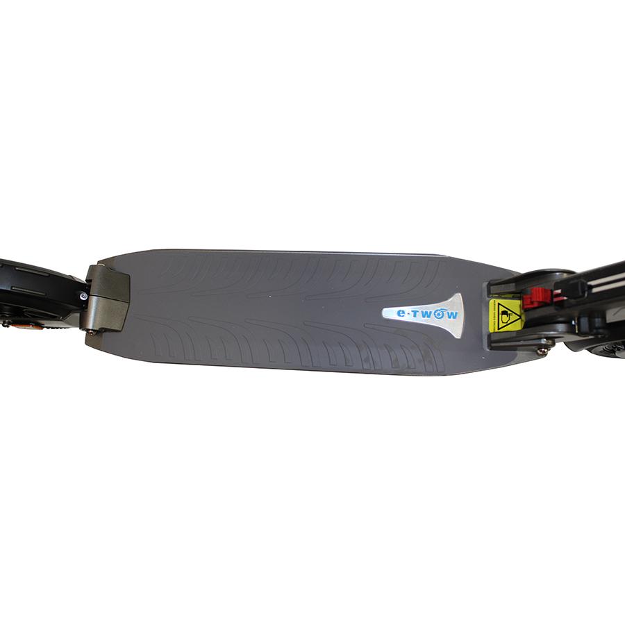 E-Twow Booster S Plus Premium 2020 - Le plateau, de 14,5 cm de large, est assez long pour qu'on puisse bien y positionner les deux pieds.