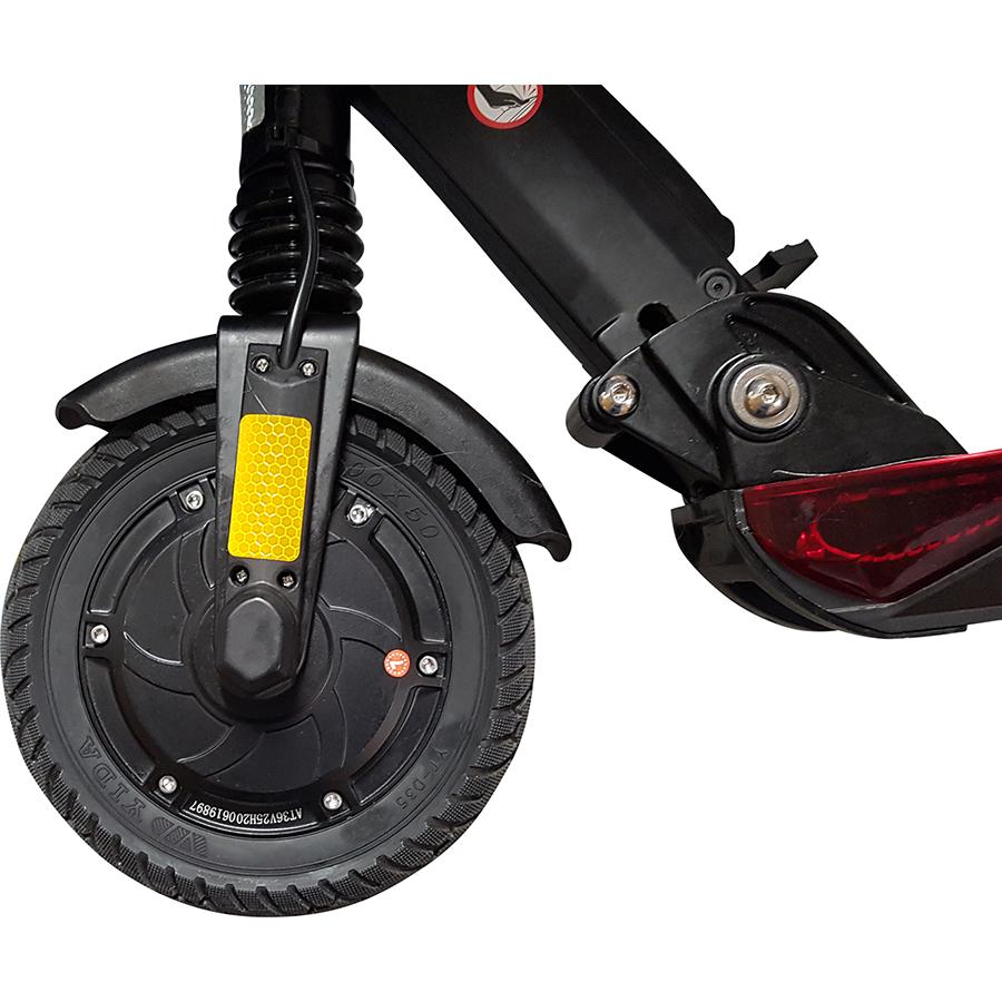 GoRide 80 Pro Night Edition - La roue motrice avant est équipée d'un pneu plein de 8 pouces.