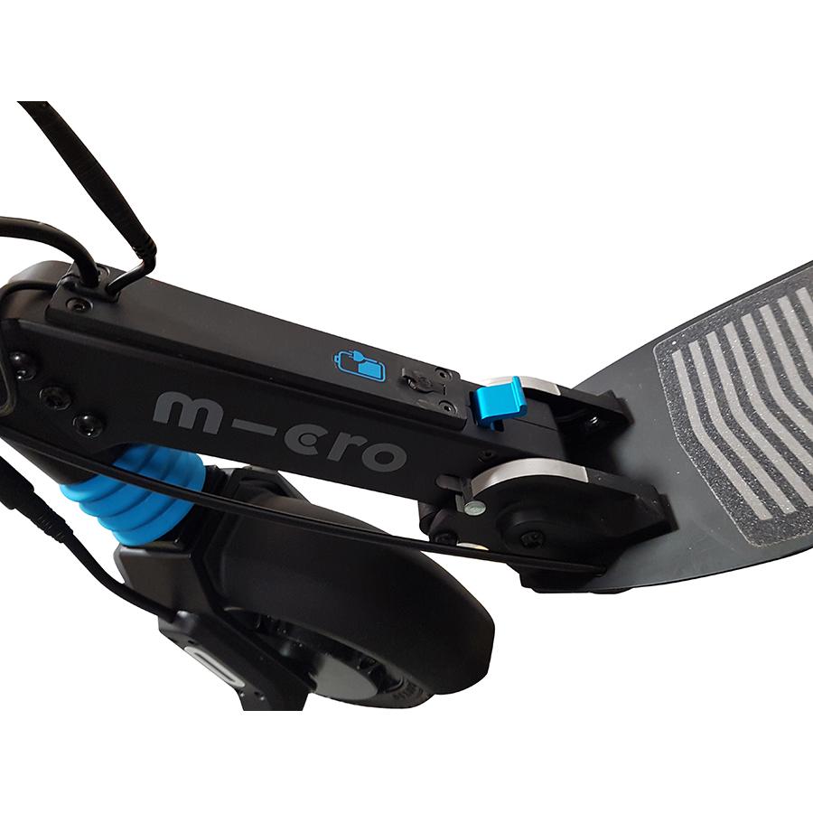 Micro Mobility Merlin X4 (avec frein) - Pour plier la trottinette, il faut pousser légèrement le guidon vers l'avant et presser le levier avec le pied. Un coup à prendre.