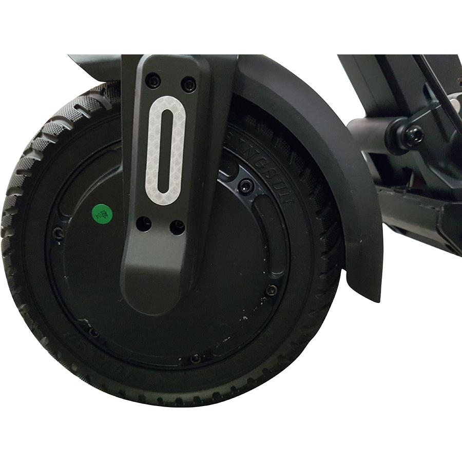 Micro Mobility Merlin X4 (avec frein) - À l'avant, la roue motrice et son pneu dur.