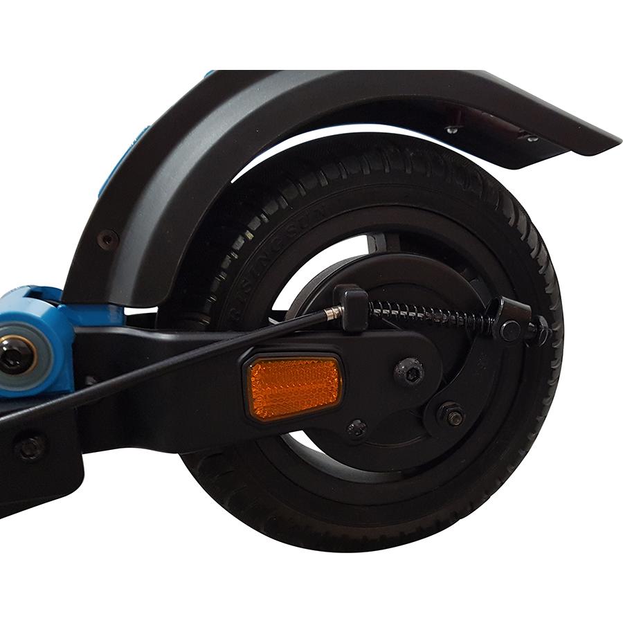 Micro Mobility Merlin X4 (avec frein) - Contrairement à celui de l'avant, le pneu arrière est gonflable.