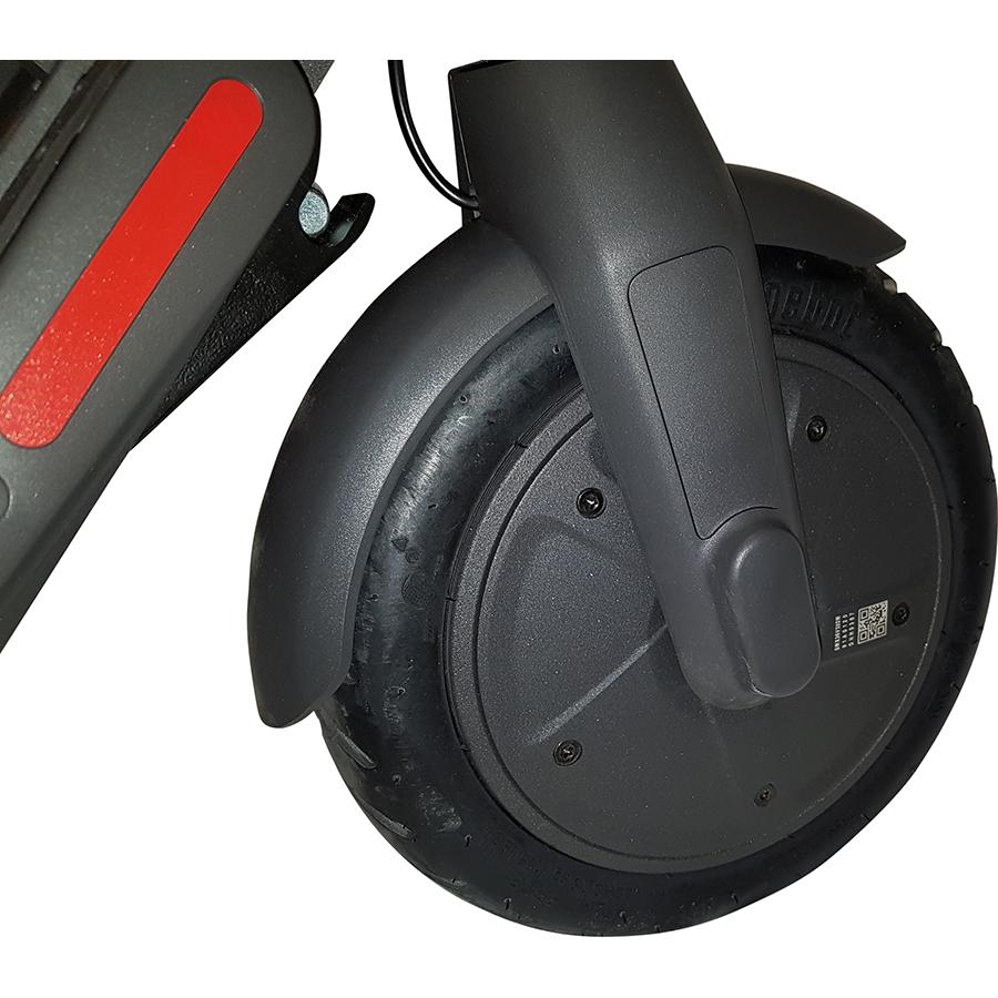 Ninebot E22E - La roue avant, où niche le moteur.