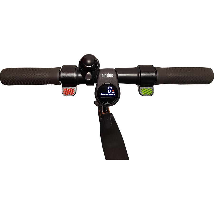 Ninebot E22E - L'afficheur est clair. Frein et accélérateur sont facilement identifiables (rouge et vert).