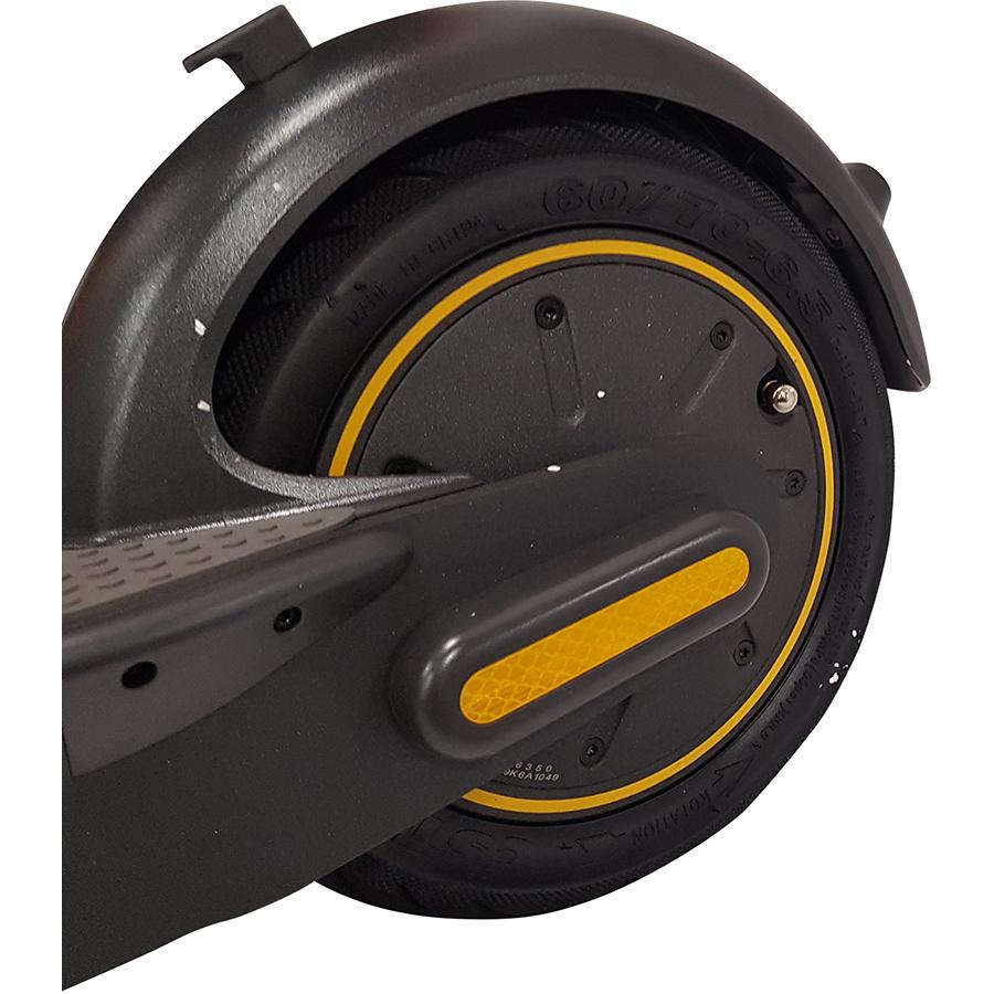 Ninebot KickScooter Max G30 - À l'arrière, la roue motrice (10pouces) avec pneu gonflable.