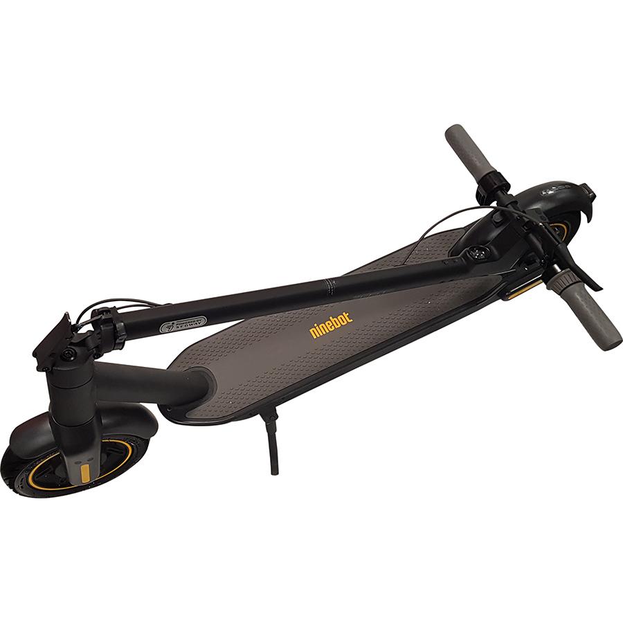 Ninebot KickScooter Max G30 - Même pliée, la G30 reste encombrante, notamment du fait de ses poignées non rétractables.