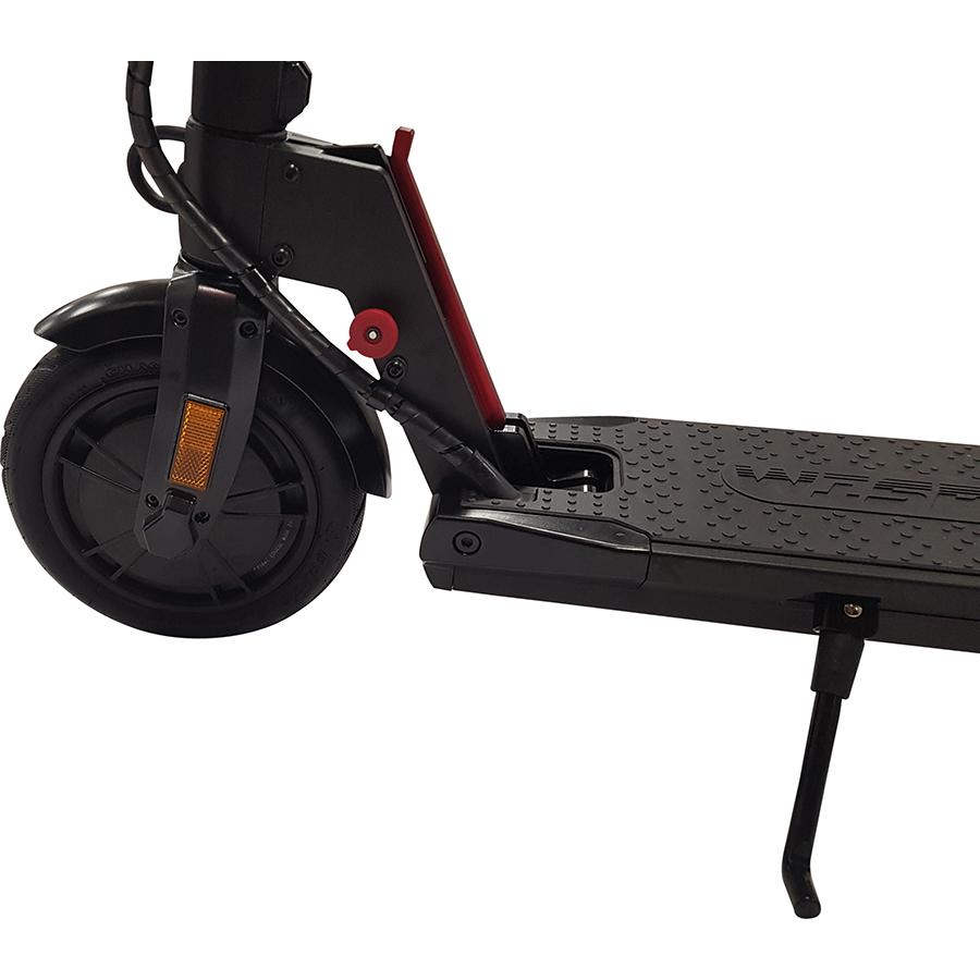 Wispeed T855 noire - La roue motrice, à l'avant, est montée sur un pneu gonflable de 8,5 pouces. Une béquille permet de stationner facilement l'engin.