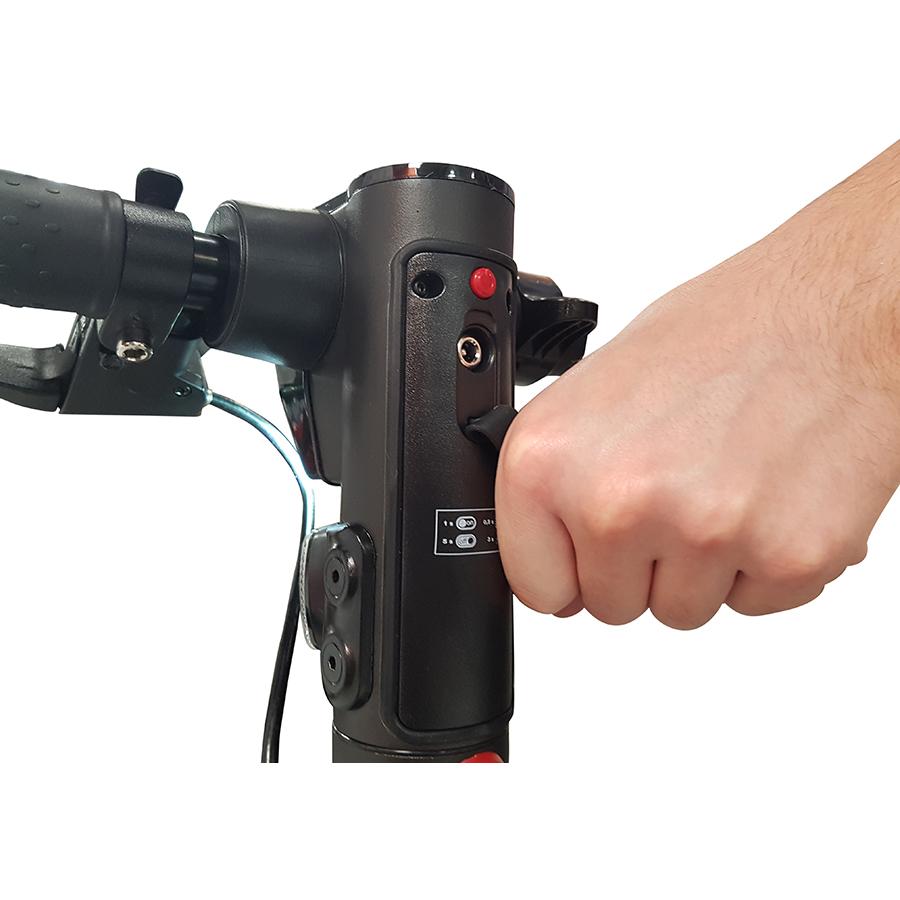 Wispeed T855 noire - Le connecteur, protégé par un rabat en caoutchouc.