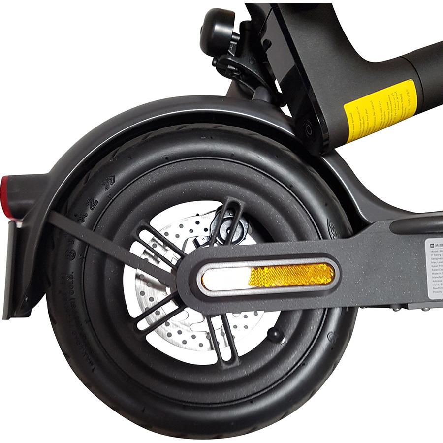 Xiaomi Essential FR Mi Electric Scooter - À l'arrière, un pneu gonflable de 8,5 pouces.
