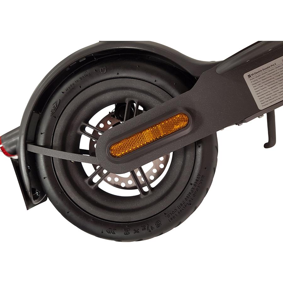 Xiaomi Mi Electric Scooter Pro 2 - La roue arrière et son pneu gonflable de 8,5 pouces.