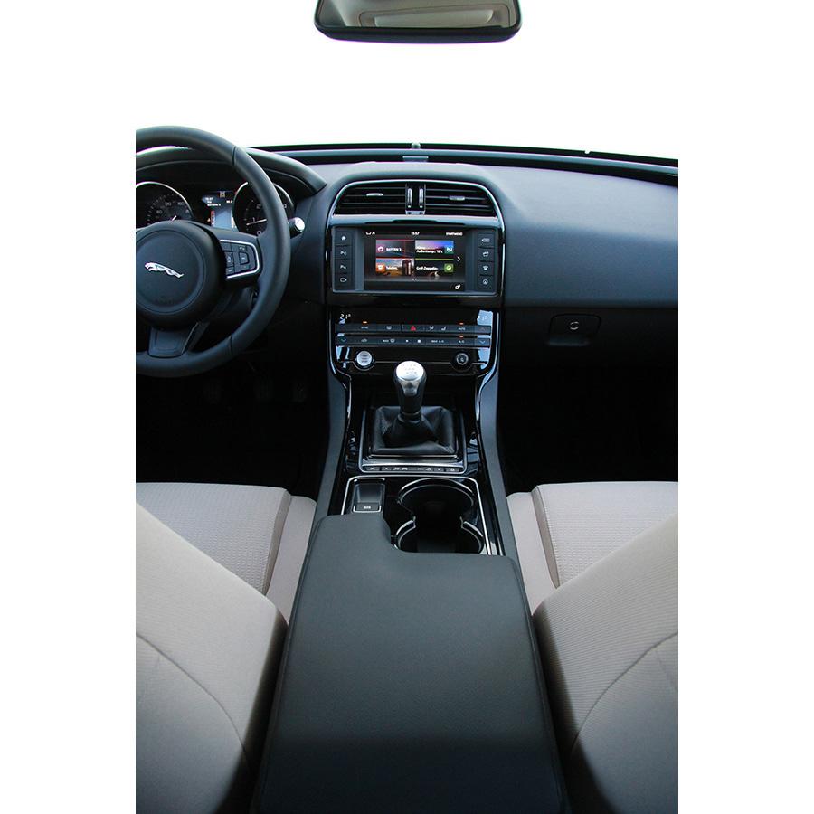 test jaguar xe 2 0 d 163 e performance essai voiture routi re ufc que choisir. Black Bedroom Furniture Sets. Home Design Ideas