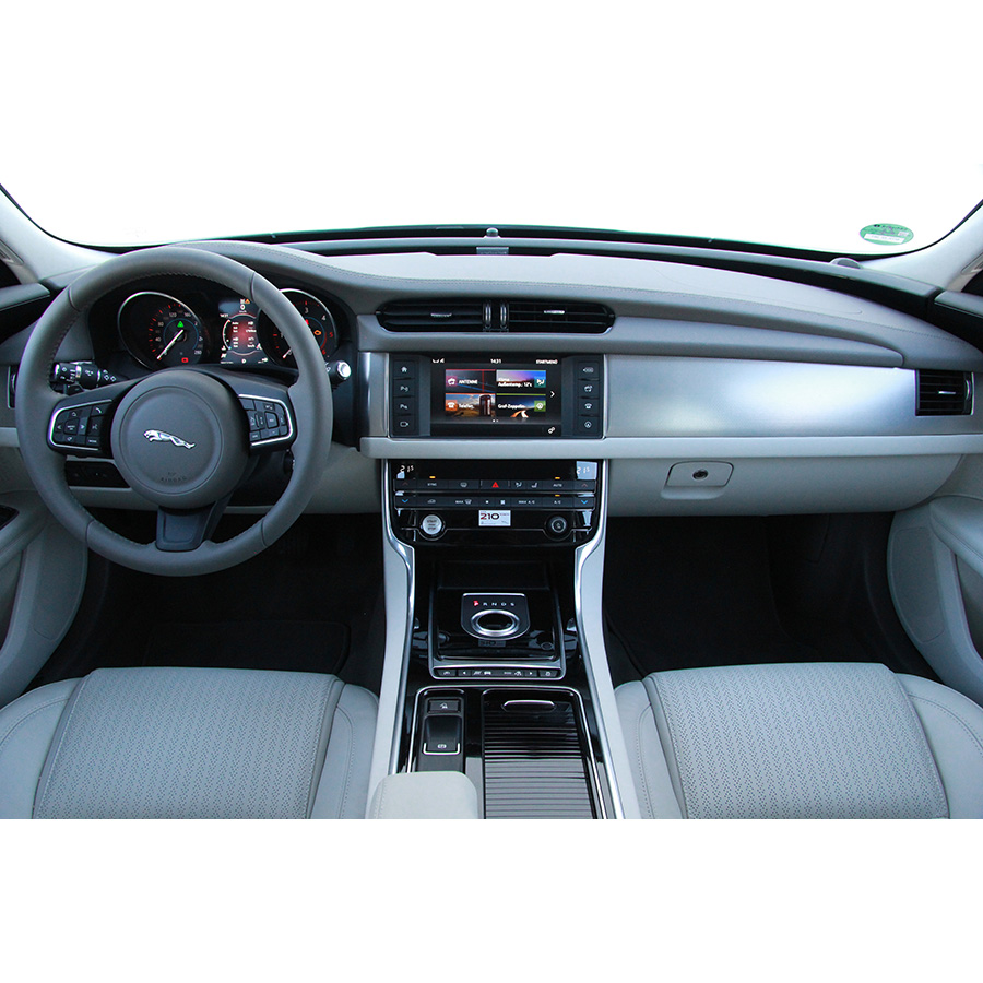 test jaguar xf 2 0 d 180 a essai voiture routi re ufc que choisir. Black Bedroom Furniture Sets. Home Design Ideas